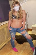Petite Blonde in jeans